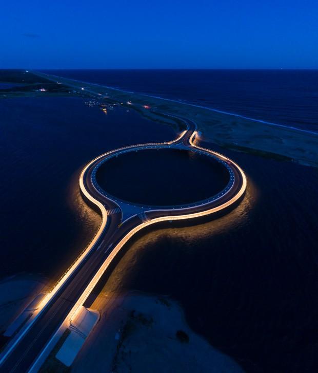 Ponte da Lagoa Garzón vista à noite: projeto busca valorizar a beleza natural da região (Foto: Andrés del Castillo / Divulgação)