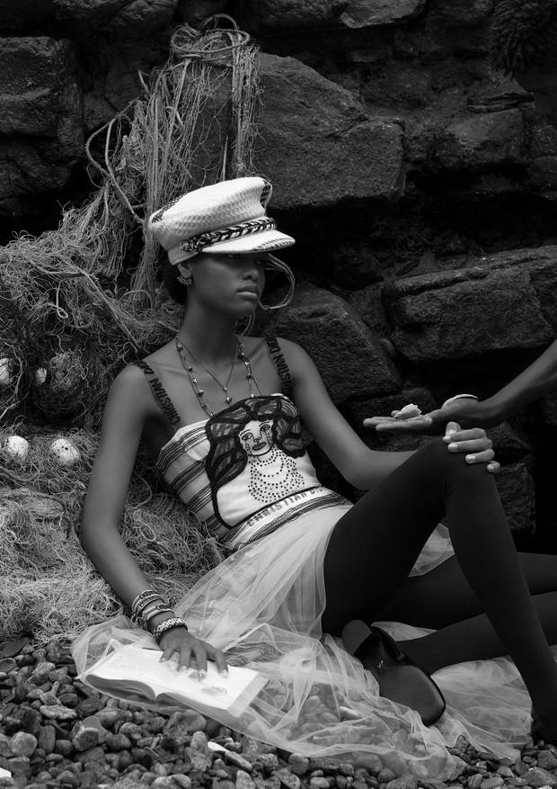 Vestido, brincos, colares, pulseiras e sapatos, tudo Dior. Chapéu, a partir de R$ 5.780, Chanel (Foto: Zee Nunes)