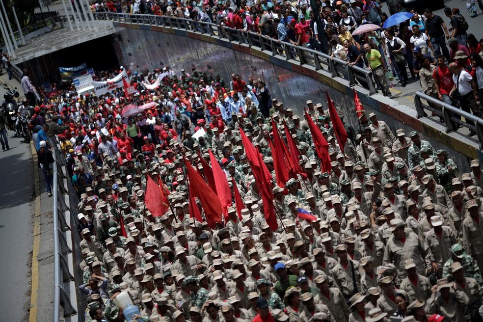 Militares, apoiadores de Maduro, marcham nesta segunda-feira (14) em Caracas (Foto: REUTERS/Ueslei Marcelino)