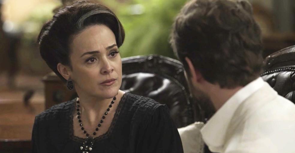 Julieta fica surpresa com o pedido do filho, mas feliz com a novidade  (Foto: TV Globo)