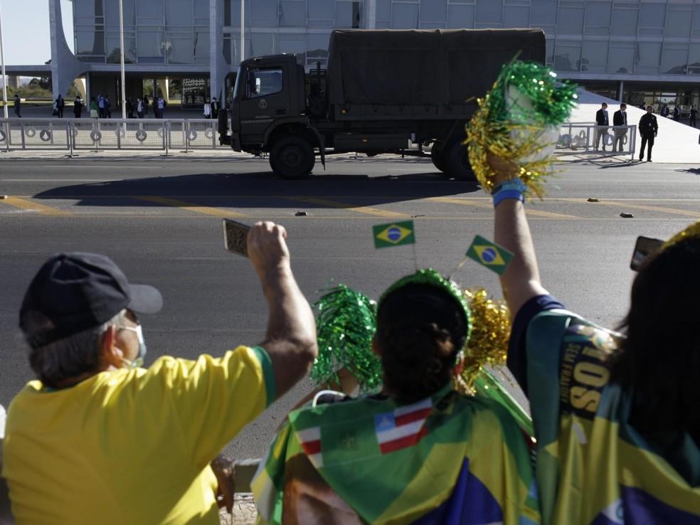 Apoiadores do presidente Jair Bolsonaro em frente ao Palácio do Planalto, nesta terça-feira (10) — Foto: Mariana Alves/Futura Press/Estadão Conteúdo
