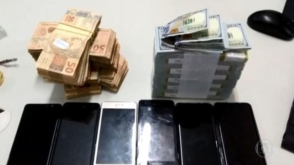 Dinheiro, celulares e um carro de luxo foram apreendidos pela PF — Foto: Reprodução