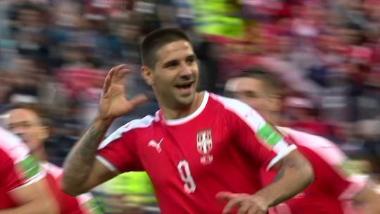 Mitrovic aproveita cruzamento e abre o placar para a Sérvia contra a Suíça