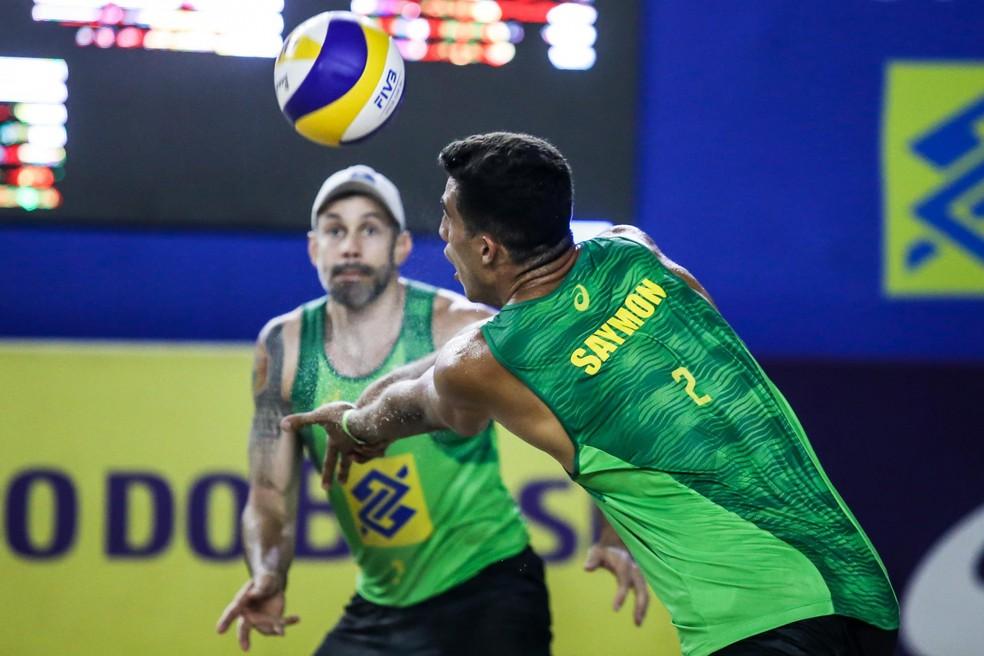 Saymon faz a recepção durante a semifinal — Foto: Wander Roberto/Inovafoto/CBV