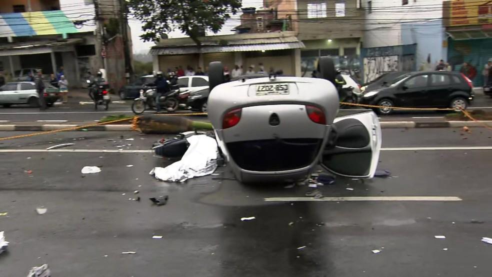 Carro atropelou duas pessoas em Carapicuíba (Foto: Reprodução/TV Globo)