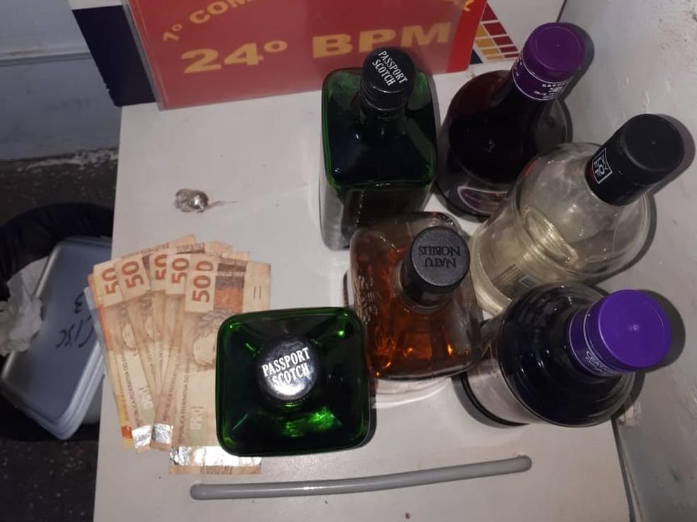 Foram encontrados porções de droga e várias garrafas com bebida alcoólica (Foto: Polícia Militar de MT/Assessoria)