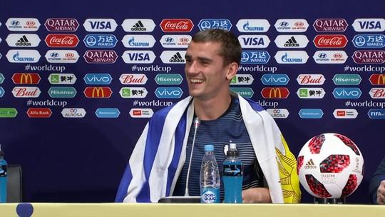 Griezmann se abraça em bandeira do Uruguai para celebrar título da França