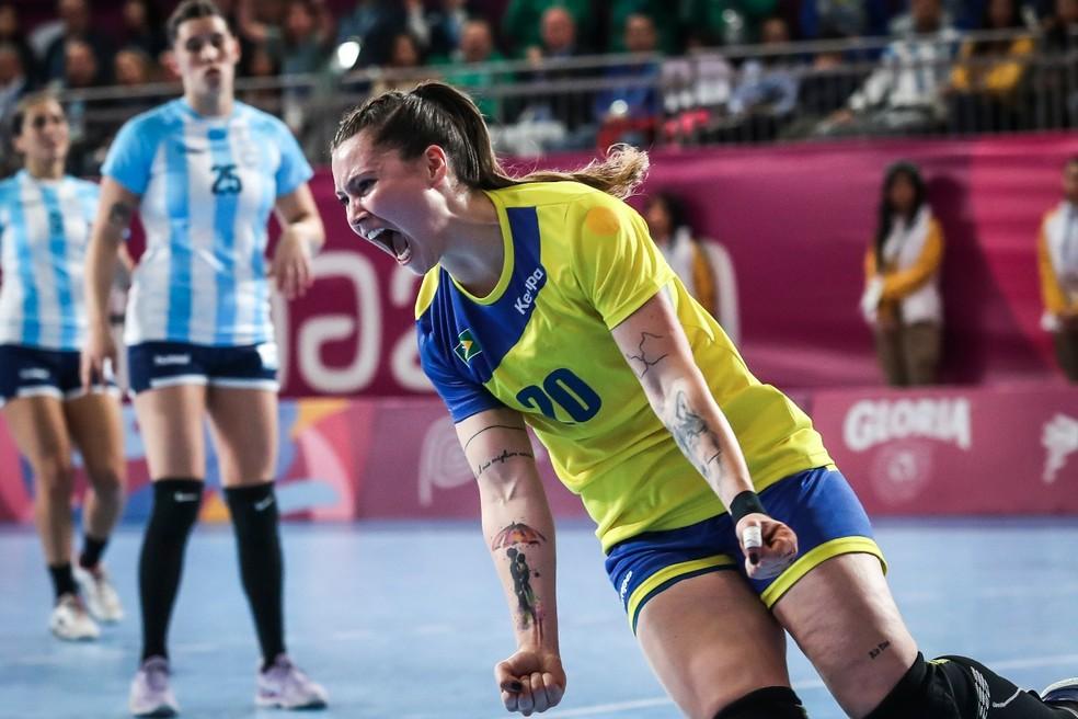 Larissa vibra muito com um dos gols brasileiros — Foto: Wander Roberto/COB