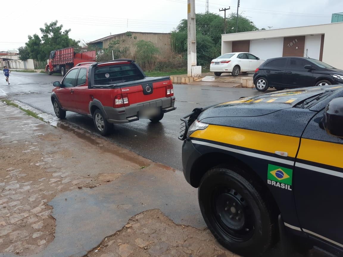 PRF encontra carga de cigarros ilegais e motorista é preso suspeito de contrabando, no Piauí