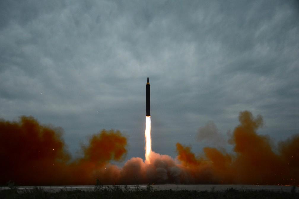 Imagem de lançamento de míssil divulgada pela agência estatal KCNA nesta quarta-feira (30, pela hora local), mas sem informar uma data de quando foi tirada (Foto: Reuters/KCNA)