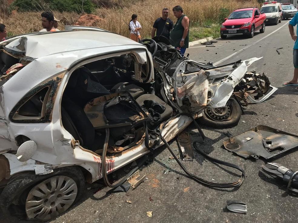 Duas pessoas morreram após carro colidir contra caminhão na BR-116, em Mathias Lobato — Foto: Corpo de Bombeiros/Divulgação