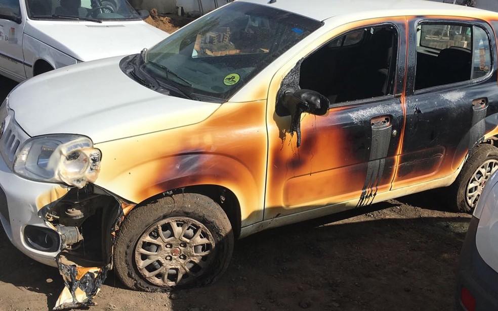 Três carros ainda foram parcialmente queimados pelo fogo (Foto: Ascom/ Prefeitura de Santo Estévão)