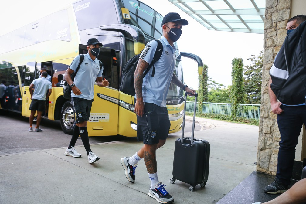 Matheus Henrique em chegada do Grêmio a Atibaia — Foto: Lucas Uebel/Grêmio