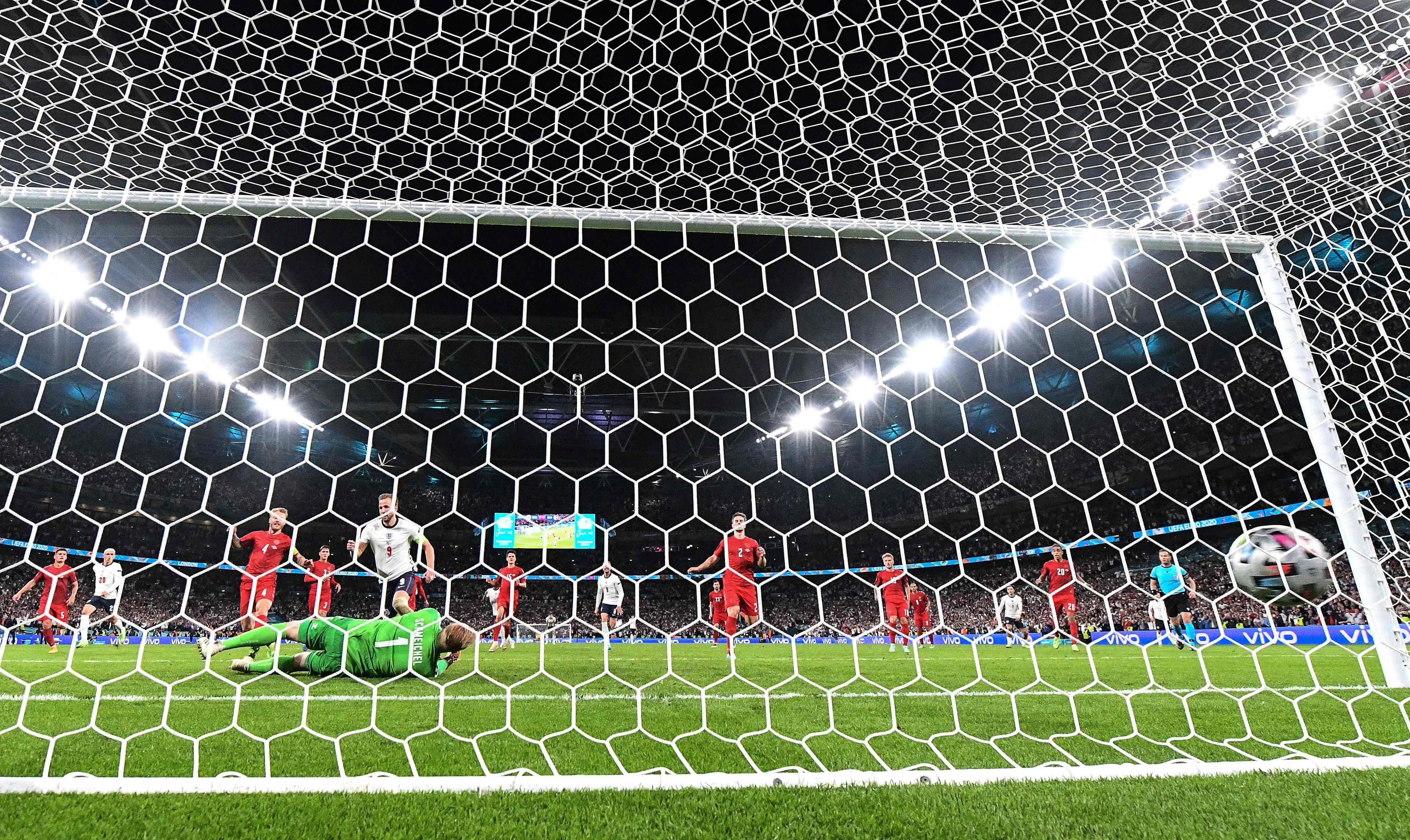 Gol por pênalti suspeito põe Inglaterra na final