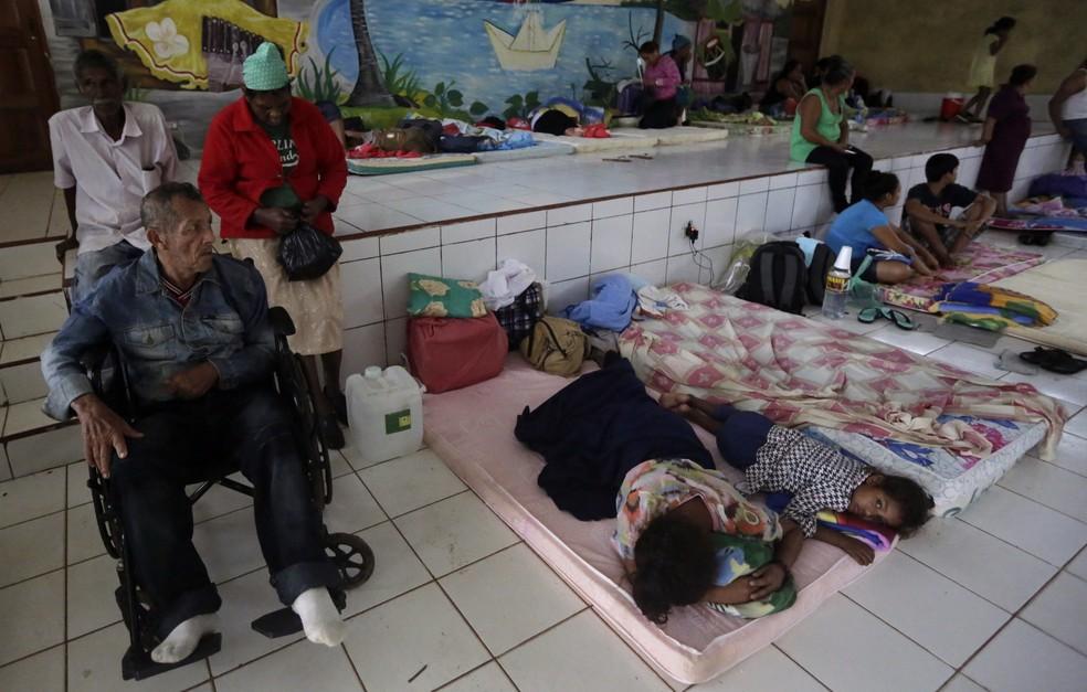 Moradores de comunidades próximas a Bluefields, na Nicarágua, foram para abrigos para se protegerem do furacão Otto (Foto: INTI OCON / AFP)