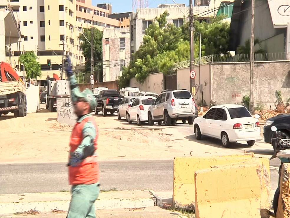 Nesta terça-feira motoristas tiveram que ter muita paciência para trafegar pelas ruas próximo aos desvios. (Foto: Reprodução/TV Verdes Mares)