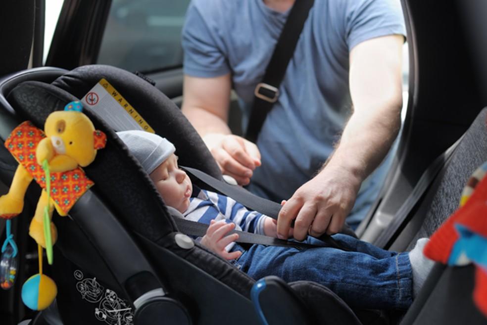 Procure um profissional especializado para instalação da cadeirinha, para a segurança de seu filho — Foto: Divulgação