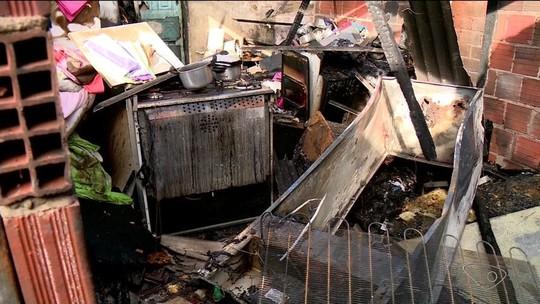 Incêndio destrói casa onde crianças dormiam, em Linhares