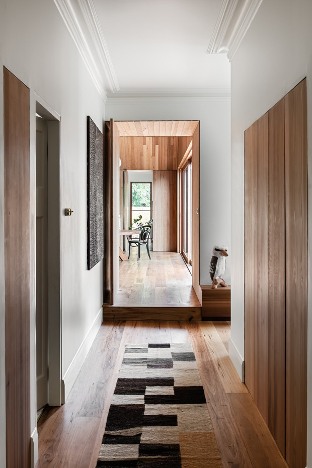 Madeira, tijolos e décor minimalista renovam casa antiga na Austrália   (Foto: Tom Blachford)