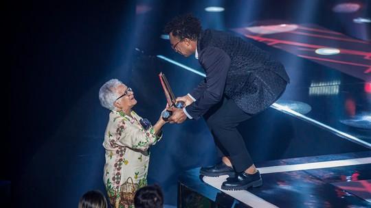 Campeão, Tony Gordon dá troféu do 'The Voice Brasil' para a mãe; veja fotos lindas da celebração