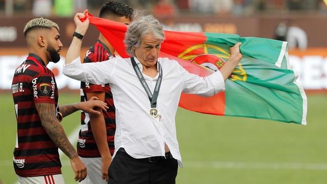 Jorge Jesus comemora com a bandeira de portugal