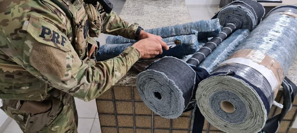 Homem é presos suspeito de transportar maconha em rolos de tecidos, em Serra Branca, PB — Foto: Divulgação/PRF