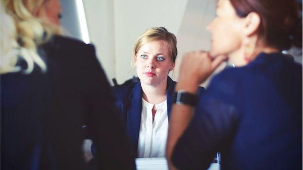 Costumamos evitar atritos no trabalho, mas essa é a melhor opção? (Foto: BBC)