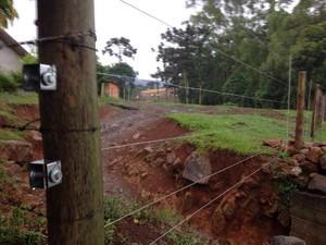 Fio desencapado acabou eletrizando toda a cerca do sítio da família. (Foto: Douglas Márcio/RBS TV)