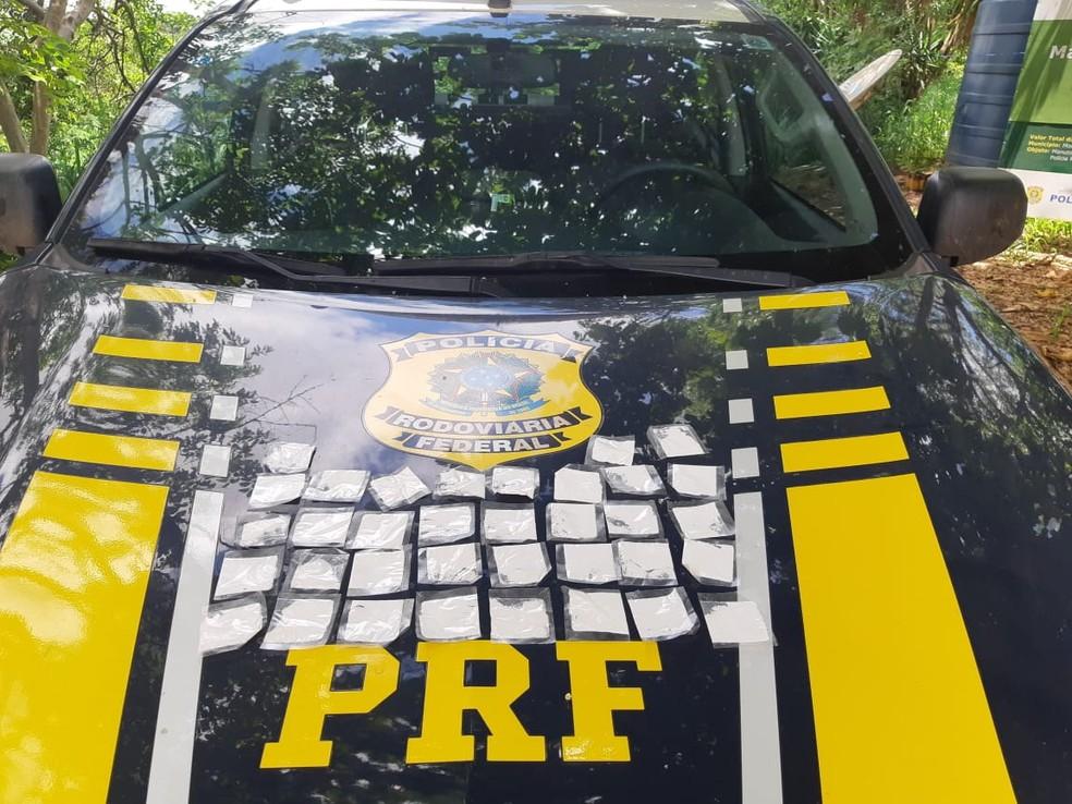PRF apreendeu 35 papelotes de cocaína na cabine da carreta — Foto: Polícia Rodoviária Federal/Divulgação