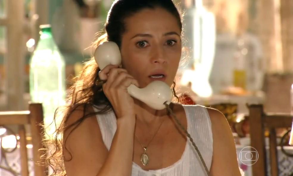 Bibiana (Cyria Coentro) é avisada sobre a prisão do seu marido, em 'Flor do Caribe' — Foto: Globo