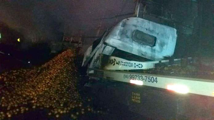 Caminhoneiro morre carbonizado após acidente em praça de pedágio em Itatinga — Foto: Acontece Botucatu/Divulgação