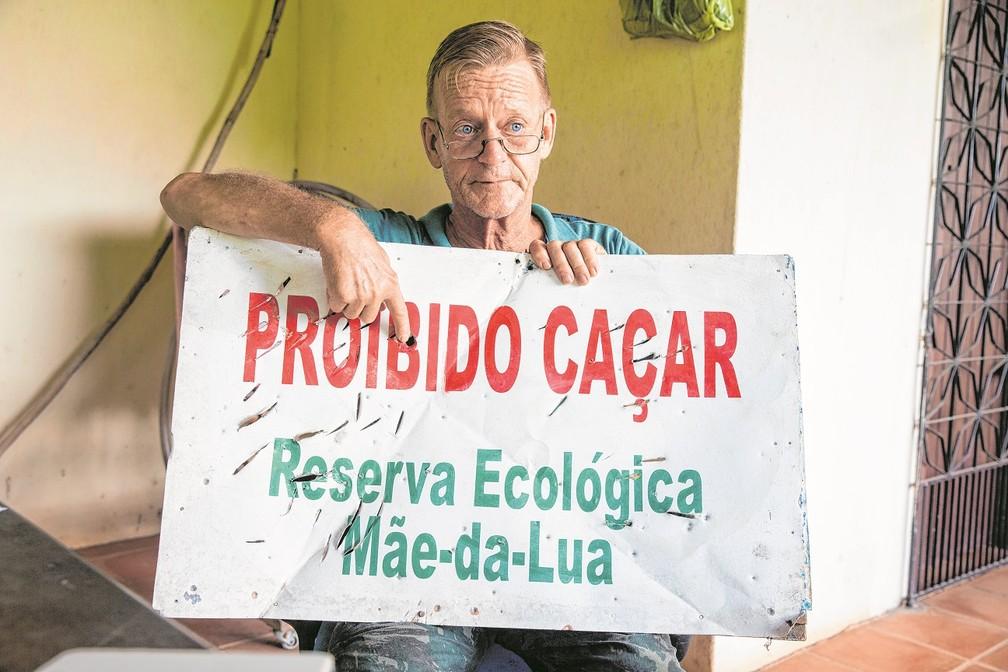 Placa com mensagem de 'proibido caçar' foi danificada com golpes de faca e tiro — Foto: Camila Lima/SVM