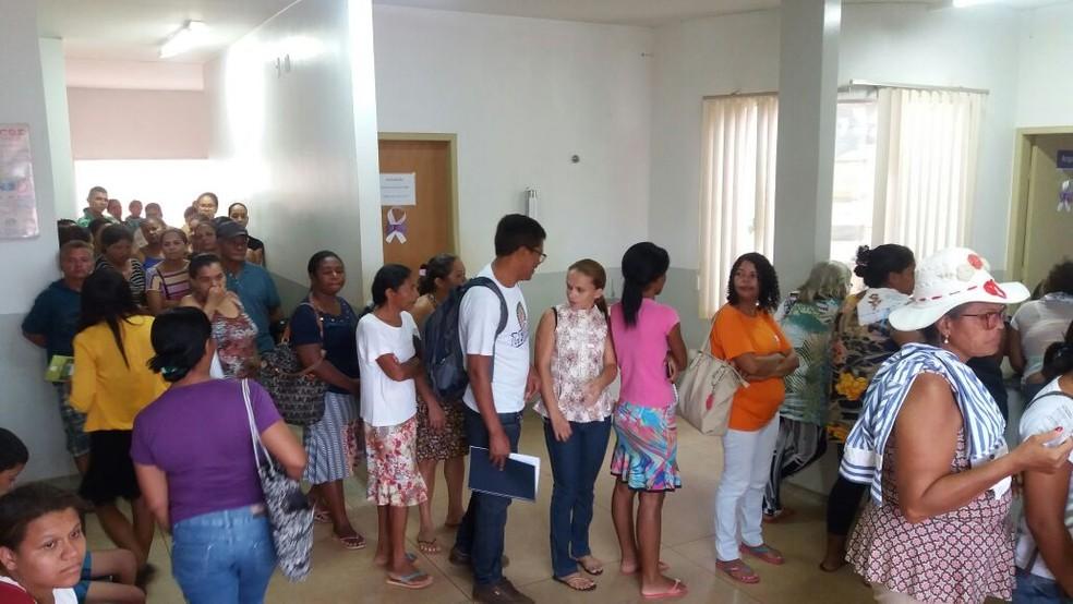 Moradores da região sul de Palmas reclamam das filas em posto de saúde (Foto: Nathália Henrique/TV Anhanguera)