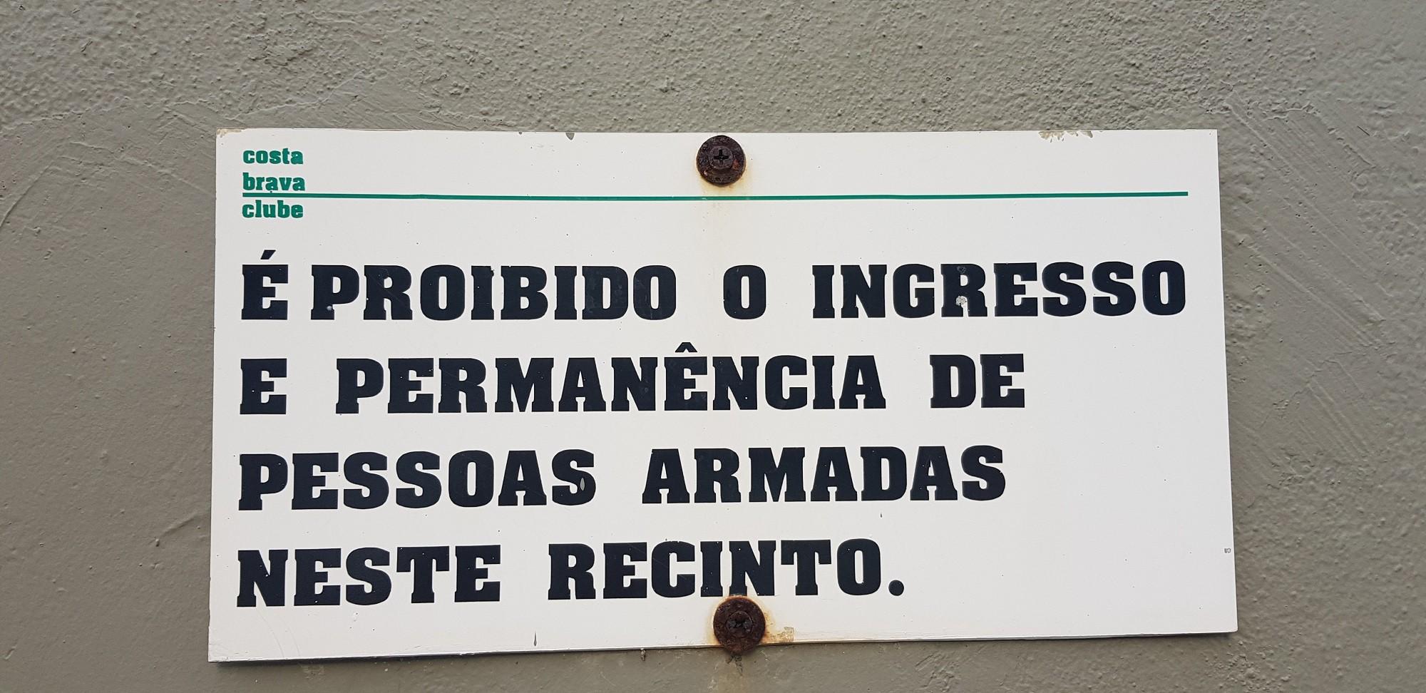 Placa em clube do Rio