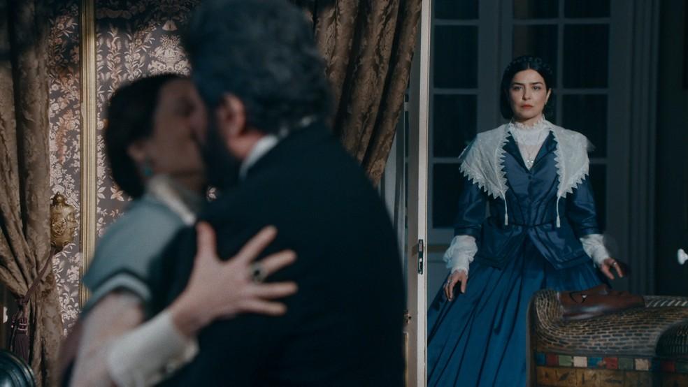 Teresa Cristina (Letícia Sabatella) flagra beijo de Pedro (Selton Mello) e Luísa (Mariana Ximenes) 'Nos Tempos do Imperador' — Foto: Globo