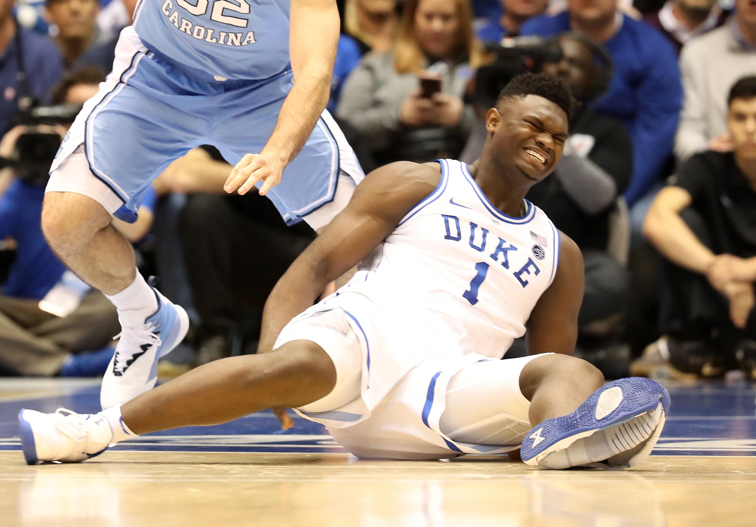 Zion Williamson sofre lesão após tênis da Nike se partir ao meio (Foto: Getty Images)