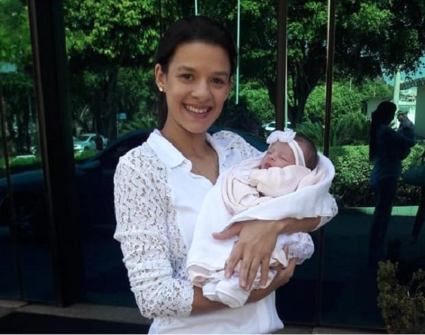 Sabrina Gonçalves e a filha recém-nascida, Maitê (Foto: Arquivo Pessoal)