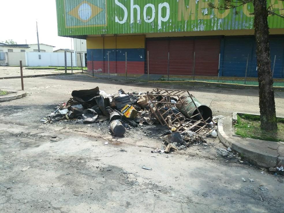 Local onde antes havia acampamento de venezuelanos às margens da BR-174 agora tem só restos de objetos queimados (Foto: Jackson Félix/G1 RR)