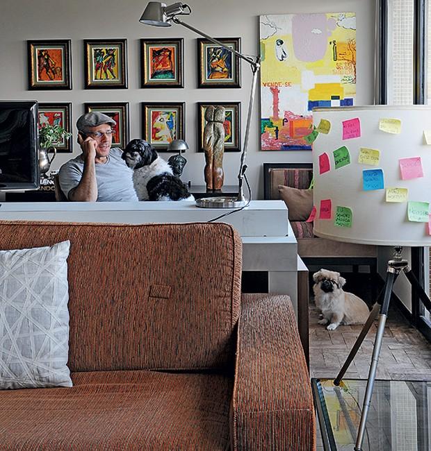 Recados e frases divertidas anotados em post-its estampam o abajur na sala do designer de interiores Augusto Perez.  (Foto: Marcelo Magnani/Casa e Jardim)