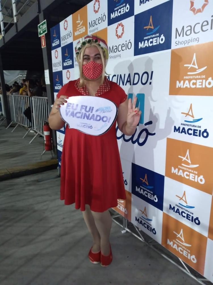 Artista se caracteriza de Dona Hermínia para tomar 1ª dose da vacina contra Covid em Maceió