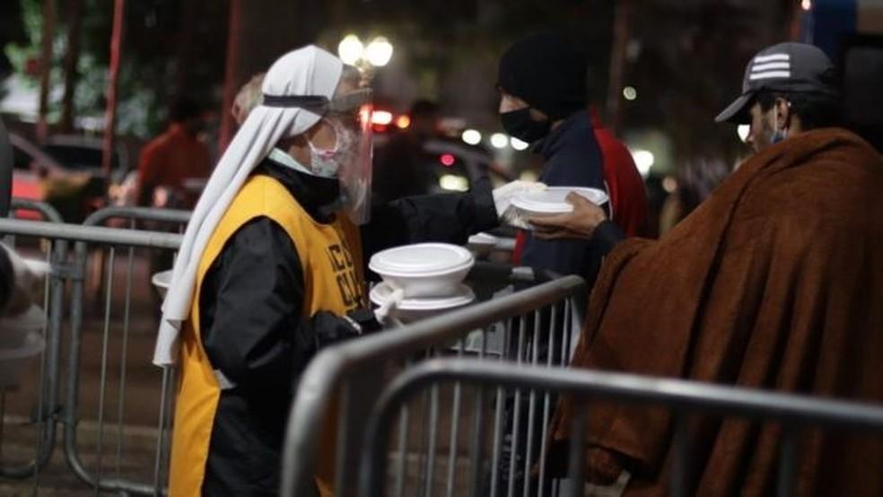 Pessoas que distribuem alimentos na capital paulista relatam mudança, após pandemia, no perfil daqueles que recebem as doações — Foto: Divulgação