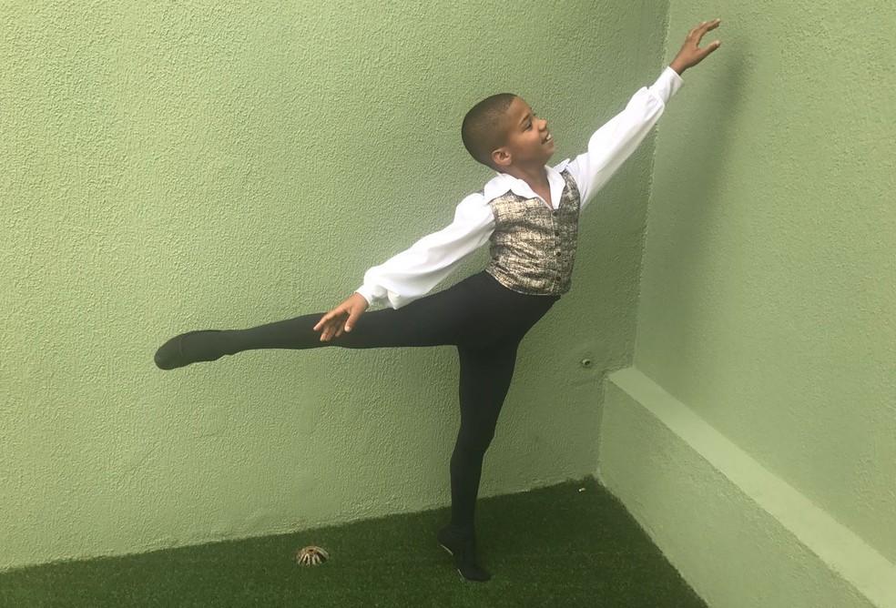 O menino se encanta com as roupas e movimentos do ballet (Foto: Mariana Nadaleto/G1)