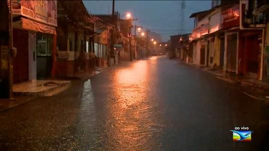 Chuva forte deixa ruas e avenidas alagadas em São Luís
