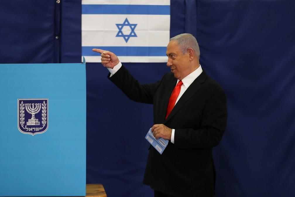 Benjamin Netanyahu, primeiro-ministro de Israel, vota nas eleições gerais do país nesta terça-feira (23) — Foto: Ronen Zvulun/Pool/Reuters