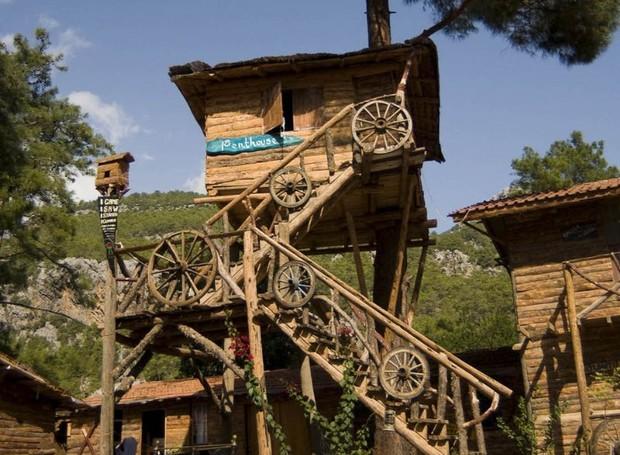 O hotel turco Kadir's Tree House oferece casas na árvore como forma de acomodação (Foto: Reprodução / Pinterest)