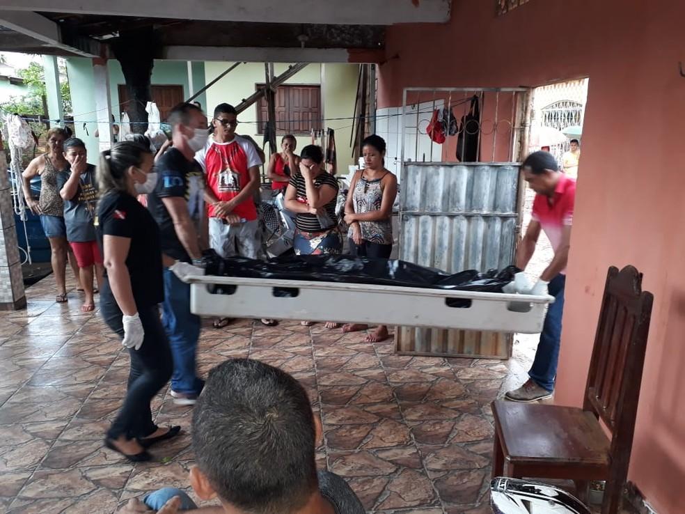 Peritos do IML fizeram a retirada do corpo de Márcia Cristina de Matos para exames que possam ajudar nas investigações — Foto: Gustavo Campos/G1