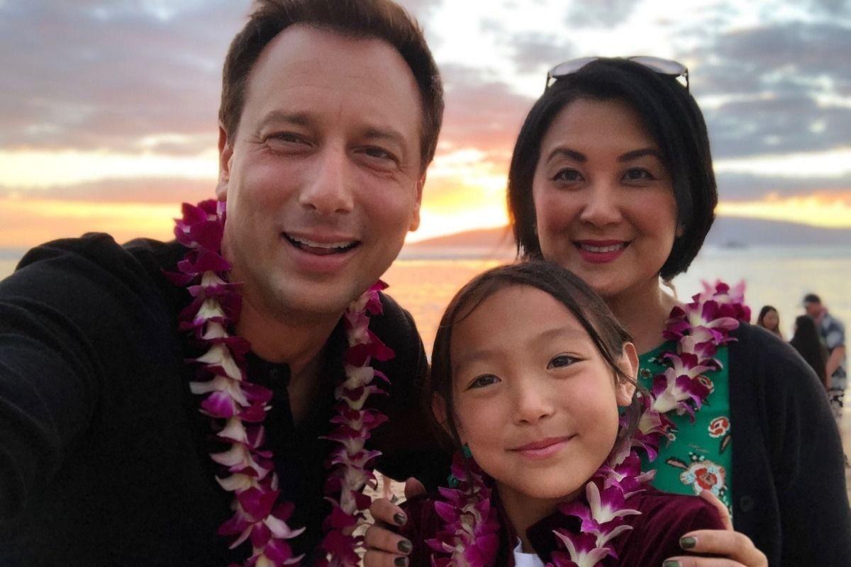 O jornalista e apresentador de TV Chris Burrous em foto com a esposa e a filha (Foto: Facebook)