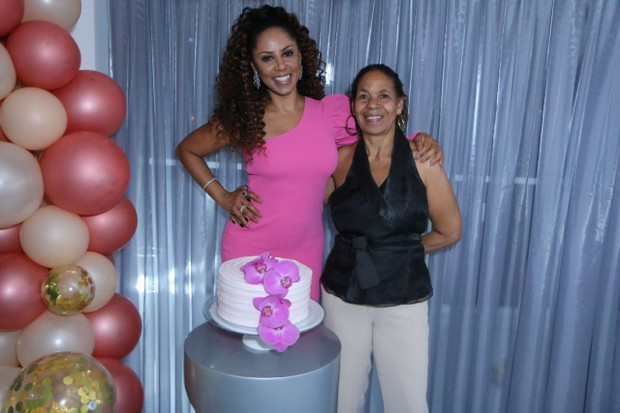 Valéria Valenssa com a mãe, Vera Lúcia (Foto: Daniel Pinheiro/AgNews)