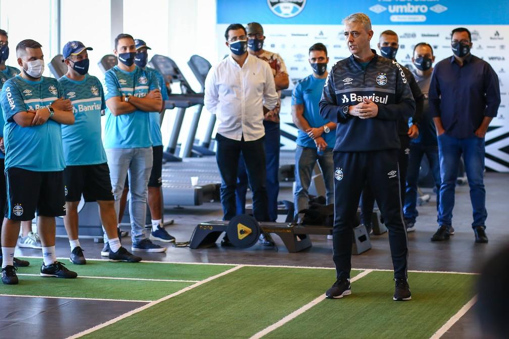 Tiago Nunes em reunião com grupo do Grêmio — Foto: Lucas Uebel/Grêmio