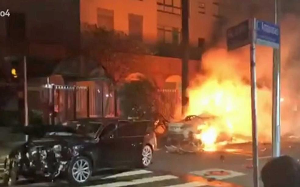 Carros colidem, um pega fogo e mata 3 na Vila Olímpia, em SP (Foto: Reprodução / GloboNews)
